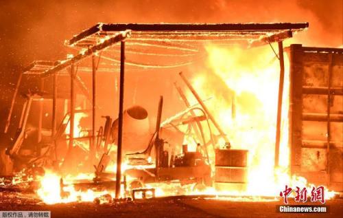 消防人员表示,强风向东推进,从而使火焰向文图拉和圣保拉方向移动。图为被大火吞噬的民居。