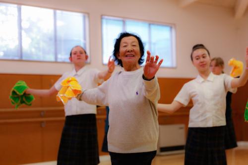 79岁高龄的国家一级演员乔梁教授传授东北秧歌技巧