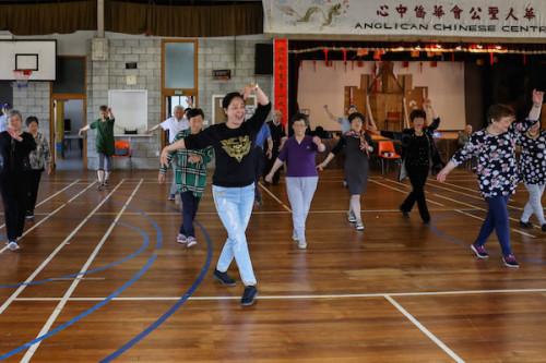 国家一级演员白海燕教授示范东北秧歌广场舞技巧