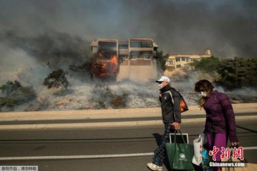 美加州野火不断,居民撤离数百建筑遭破坏。