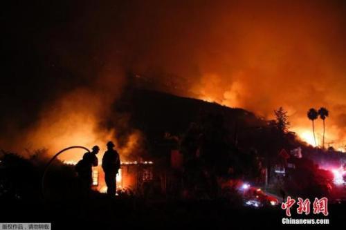 数千名消防员投入到救援工作中,但最高风速可达到115公里每小时的大风给灭火工作带来了很大困难。