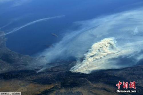 2017年12月7日消息,一组从国际空间站上拍摄的美国加州森林大火的照片。据美国有线电视新闻网(CNN)报道,美国南加利福尼亚州的大火不断蔓延,其中1人遇难,数百人被疏散。