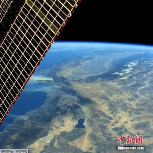 图为从国际空间站上看到的美国加州大火,浓烟十分明显。