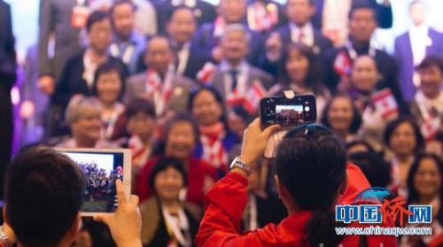 世界海南乡团联谊大会日前第三次走进香港,来自26个国家和地区的6000多名海南乡亲在香港叙乡情、话发展。 宋国强 摄