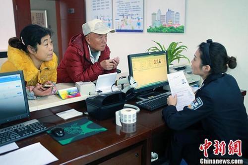 资料图:民警为市民办理相关证照。<a target='_blank' href='http://www.chinanews.com/'>中新社</a>记者 王磊 摄