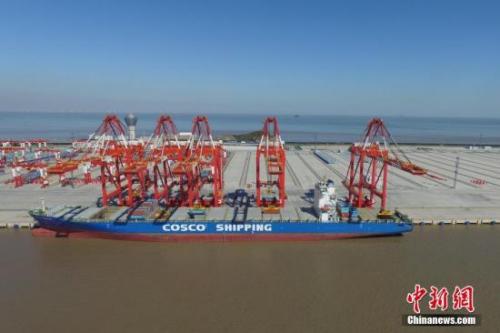 资料图:一艘货轮停靠在洋山港四号码头,进行自动化起吊装卸测试。张亨伟 摄