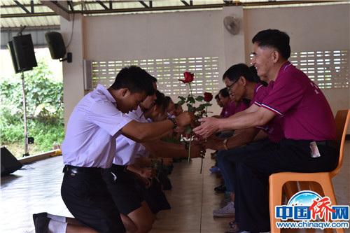 学生向老师行礼。