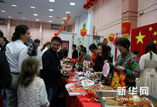 中国传统工艺品吸引当地民众。新华网发(林惠芬摄)