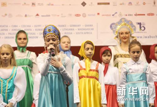 儿童在圣诞义卖集市上表演。新华网发(彼得雷斯库摄)