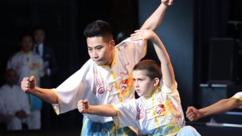 来自英国的武术运动员及武术爱好者也登上舞台。今年11岁的土耳其小朋友朱奈德(Junayde) 已经习武8年了。他爸爸表示他们一家人都是武术爱好者,朱奈德学习武术是受哥哥的启发。(BBC中文网)