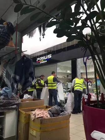 波兰海关税警在清点扣押货物,因为被扣货物数量太多,一直忙到下半夜还在现场。(《欧洲时报》中东欧版微信公众号)
