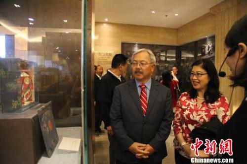 资料图:图为美国旧金山市长李孟贤一行访问贵州茅台。 瞿宏伦 摄