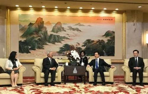 旧金山市长李孟贤(左2)和上海市委书记韩正(右2)亲切交谈。(美国侨报)
