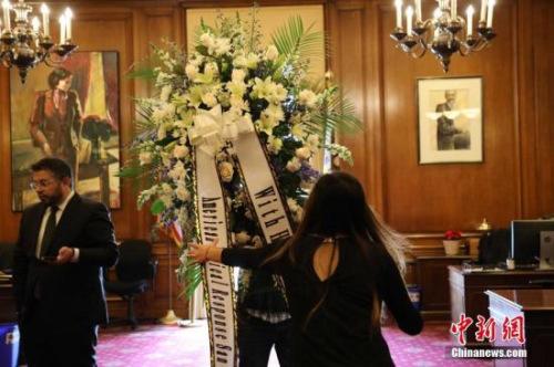 当地时间12月12日,美国旧金山市长办公室,工作人员放置花圈。旧金山首位华裔、亚裔市长李孟贤12日凌晨1时11分因心脏骤停去世,享年65岁。<a target='_blank' href='http://www.chinanews.com/'>中新社</a>记者 刘丹 摄