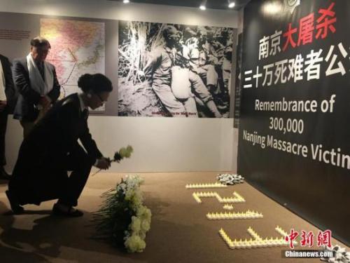当地时间12月12日16时,美国旧金山,海外抗日战争纪念馆创办人方李邦琴与民众在馆内举办南京大屠杀死难者国家公祭日纪念活动,悼念30万死难同胞。 中新社记者 刘丹 摄