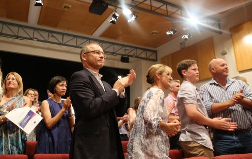 颁奖会场内为学子们的优异成绩拍手庆祝的家长们。(澳洲新快网)