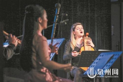 波兰乐团成员一边与泉州南音艺术家共同演奏,一边深情演唱。(陈起拓 摄)