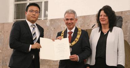 法兰克福市长费尔德曼、副市长韦伯为吉克林皓颁奖。(《欧洲时报》/陈磊 摄)