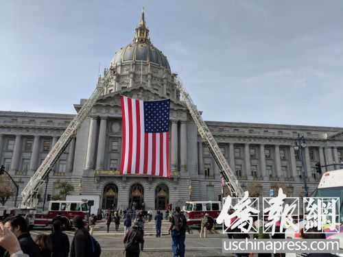 市政大楼前中央广场悬挂起巨大的美国国旗以示哀悼。(侨报记者陈勇青摄)