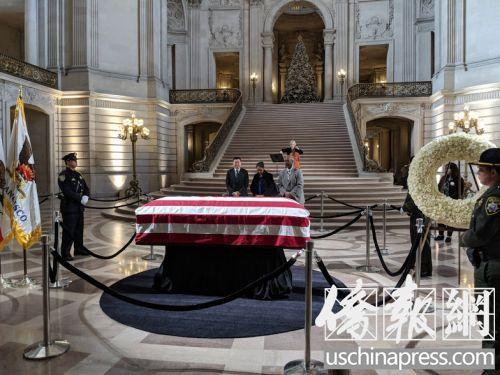 李孟贤市长的棺木覆盖着美国国旗,静静地安置在市政府大厅中央让民众拜祭。(侨报记者陈勇青摄)