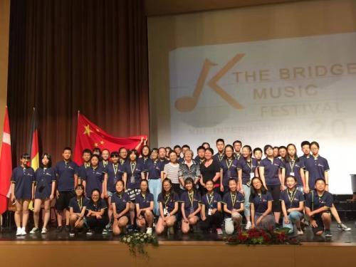 资料图:当地时间2017年7月22日,中国合唱团在匈牙利音乐桥国际艺术节上获佳绩。图为获得金奖的北京潞河中学韵之灵合唱团。(匈牙利《欧洲论坛》)