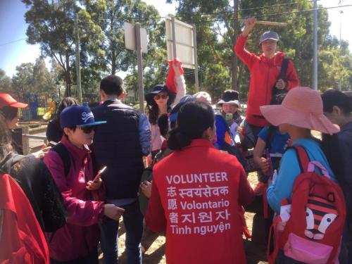 当地时间9月19日,在林老先生最后被目击的埃里克·莫布斯保护区(Eric Mobbs Reserve)附近,近百名华人志愿者进山寻人。(图片来源:澳洲新快网)