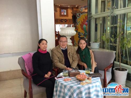 本文作者与受助的两位藏族姑娘合影。(作者供图)