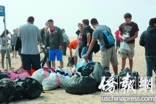 华人义工在海滩捡垃圾。(美国《侨报》/夏嘉 摄)
