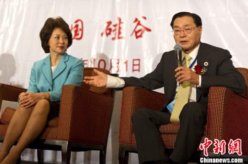 资料图:赵小兰和父亲赵锡成。<a target='_blank' href='http://www.chinanews.com/'>中新社</a>发 陈钢 摄
