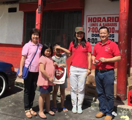 张雪云(右二)在2017年11月和花县同乡会侨务组成员一起上街募捐慈善公益活动,与热心华裔侨胞合影(受访者供图)