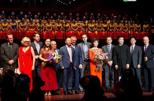 杨明先生(左六)出席中德45周年庆典活动后与当地政府官员及演员代表合影。中国驻法兰克福总领事王顺卿(右四)