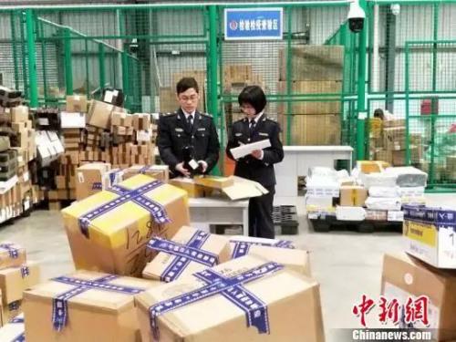 """图为""""双11""""期间 四川检验检疫局查获多起违禁商品"""