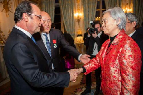 经法国外交部推荐,时任法国总统奥朗德于2017年4月14日签发颁奖令,授予旅法著名中医专家、巴黎时空针灸研究院院长朱勉生荣誉军团骑士勋章。这是法国首次授予一位中医专家荣誉军团勋章。图为授勋前,奥朗德与朱勉生院长握手。(《欧洲时报》)