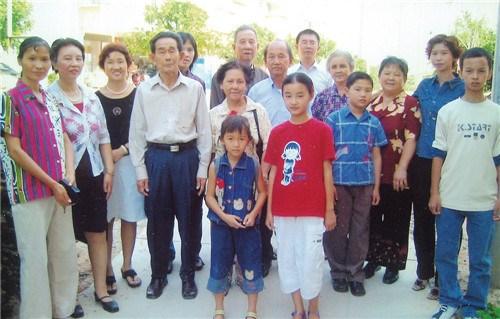 何仁芳与海外回来探亲的大姐、二姐、弟弟等家人合影。