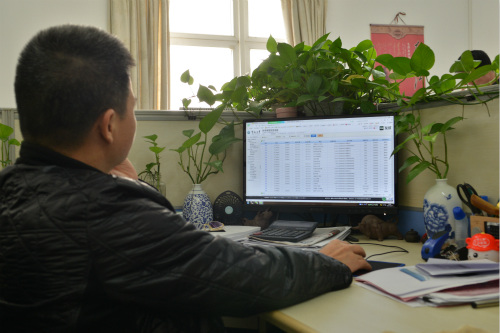 报账教师在网上认真填写报账清单。