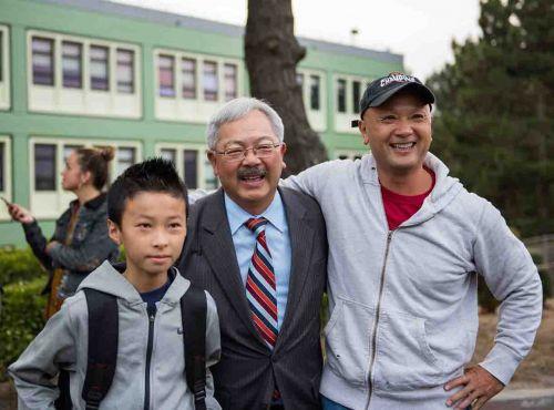 李孟贤(中)视察旧金山学区访谷中学时与学生及家长合影。(图片来源:市长办公室提供)
