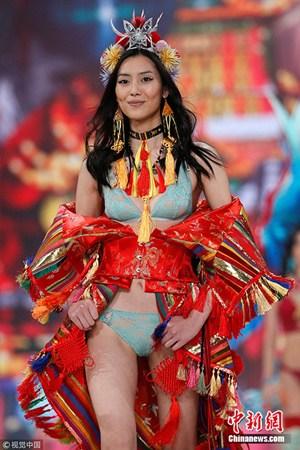 """中国模特刘雯在2016""""维多利亚的秘密""""时装秀上身着刺绣着龙形象的缎子。(图片来源:视觉中国)"""