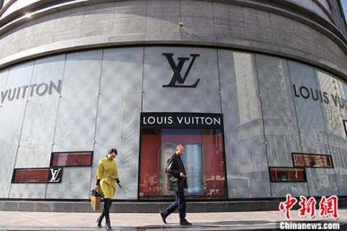 资料图:民众从法国奢侈品牌路易•威登(LV)店前经过。(中新社记者 张云 摄)