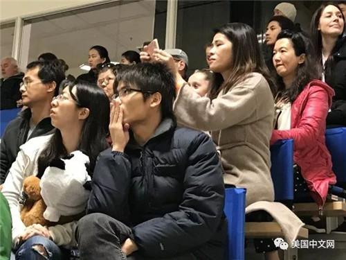 Nadia Wang在场上比赛时母亲神情紧张(下图)