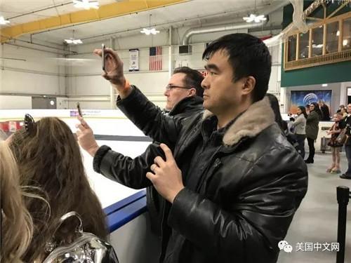 Ryan Xie上台领奖时父亲在场下全程记录
