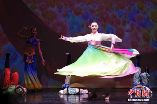 """资料图:当地时间2017年2月20日晚,2017""""文化中国·四海同春""""北美代表团在加拿大经济重镇卡尔加里上演大型歌舞剧《传奇》。图为开场舞蹈《快乐舞步》。<a target='_blank' href='http://www.chinanews.com/'>中新社</a>记者 余瑞冬 摄"""