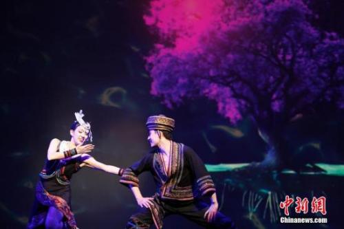 """资料图:当地时间2017年2月13日晚,2017""""文化中国·四海同春""""北美代表团在加拿大温哥华女王剧院上演大型歌舞剧《传奇》,为温哥华华侨华人送上新春祝福。图为仡佬族歌舞。 <a target='_blank' href='http://www.chinanews.com/'>中新社</a>记者 余瑞冬 摄"""