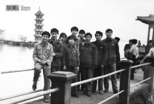 1982年,郑凯(左二)和当年上海大学同班同学一起去苏州旅游