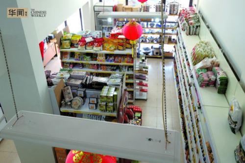 从二楼郑凯的办公室可以看到整个超市货架的全景