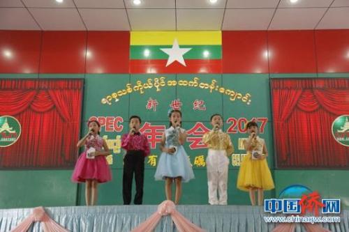 图为文艺演出中的5位小主持人。 王凡 摄