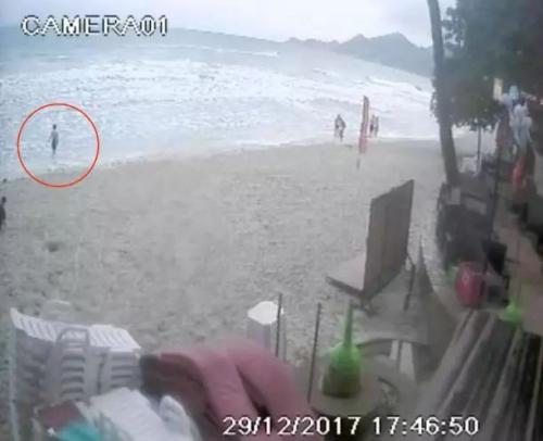 监控视频画面,红圈中为失踪男子。图片来源:泰国《世界日报》