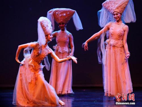 """当地时间2月20日晚,国务院侨务办公室组派的2017""""文化中国・四海同春""""北美代表团在加拿大经济重镇卡尔加里上演大型歌舞剧《传奇》。这也是该艺术团在美国、加拿大七城慰侨巡演的最后一场演出。图为剧中的壮族舞蹈《水色》。中新社记者 余瑞冬 摄"""