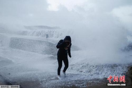 """当地时间2018年1月3日,法国欧代维尔,风暴""""埃莉诺""""席卷诺曼底海岸。"""