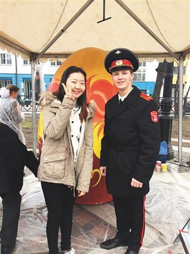在俄罗斯的节日庆典活动中,姜若晨(左一)与当地军校学生的合影。在她看来,学子与外国朋友的交往过程中要注重自身形象,传递中国微笑。