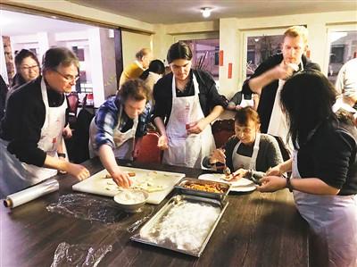 德国杜塞尔多夫大学孔子学院师生包饺子。